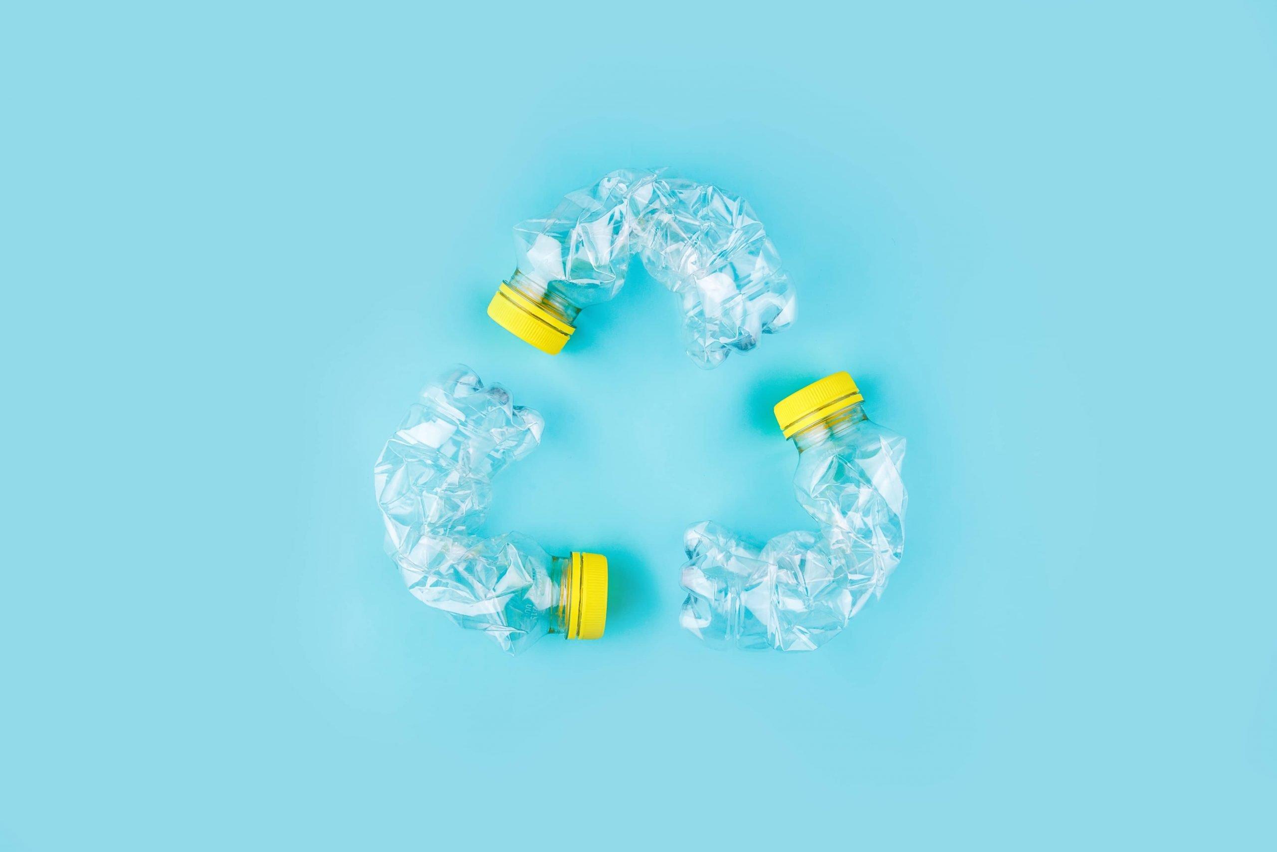 simbolo del riciclaggio fatto con bottiglie