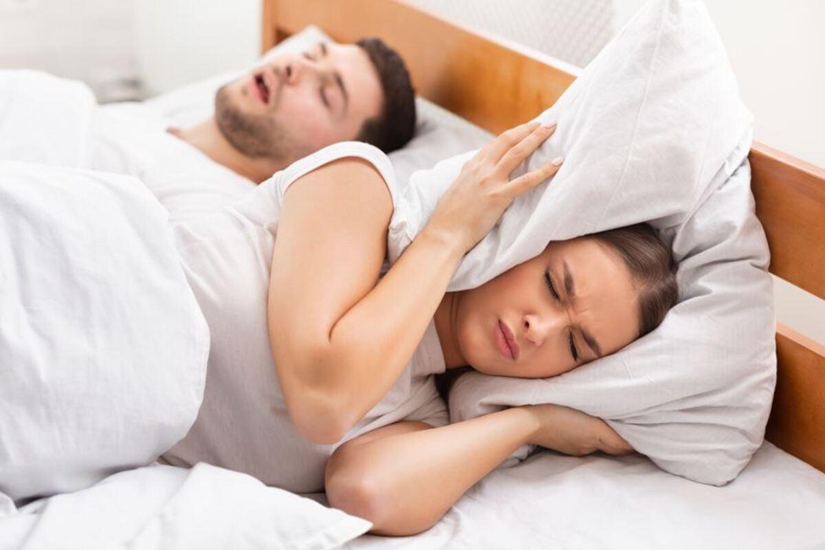 donna uomo letto russare