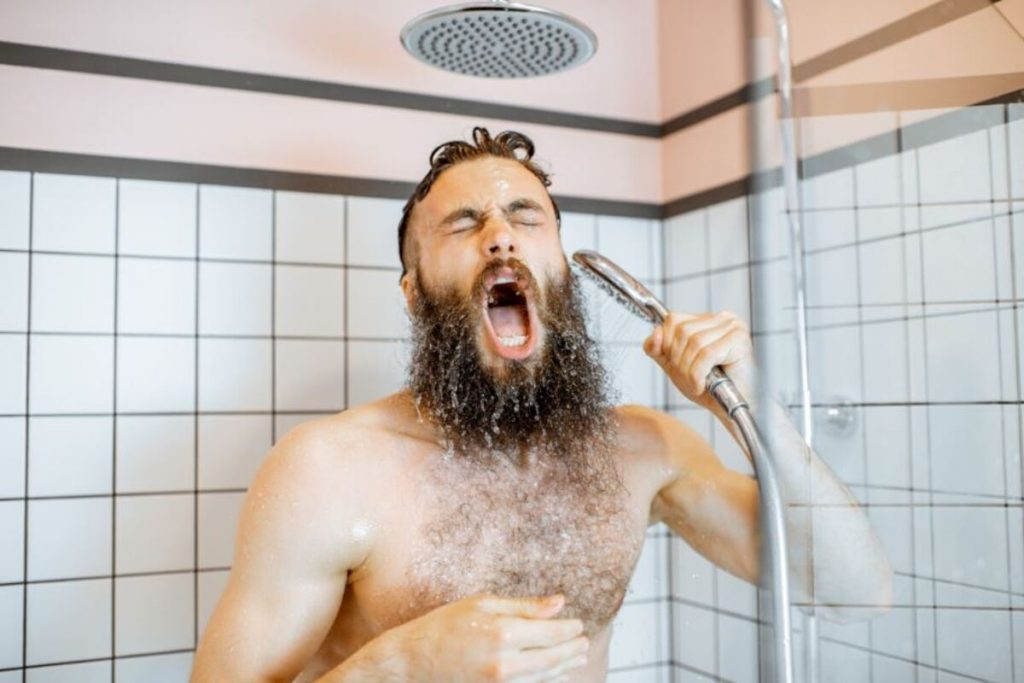 uomo doccia
